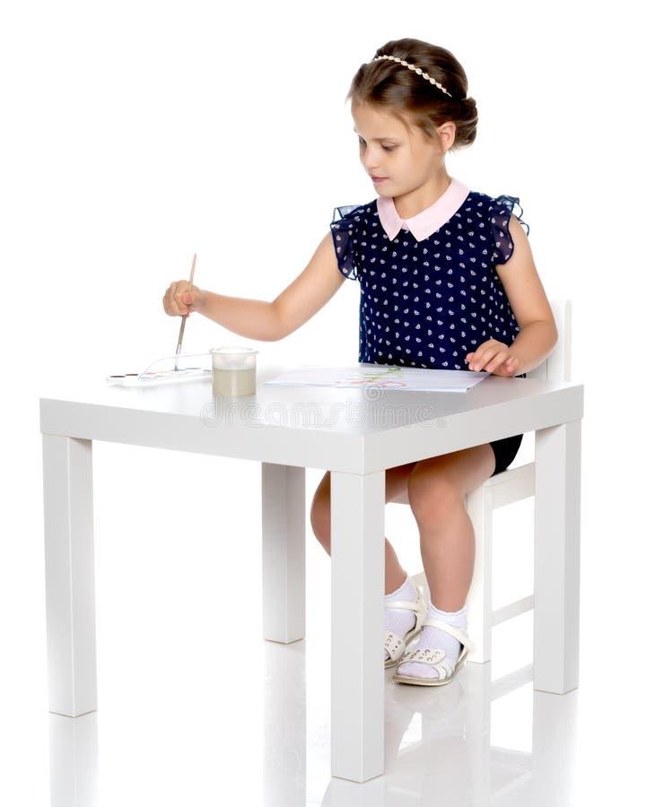 Pitture di una bambina con pittura e la spazzola fotografie stock