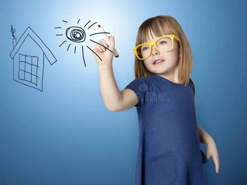 Pitture sveglie della bambina sul sole di vetro del houseand fotografia stock libera da diritti