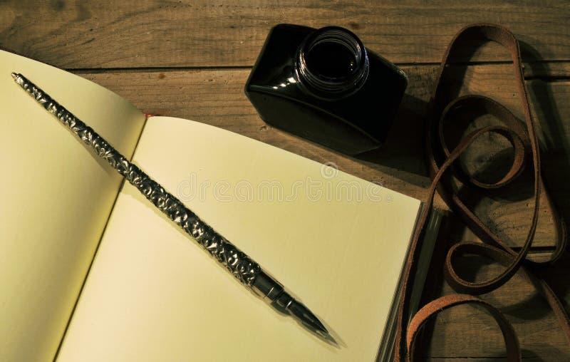 Piuma a penna ed inchiostro fotografie stock