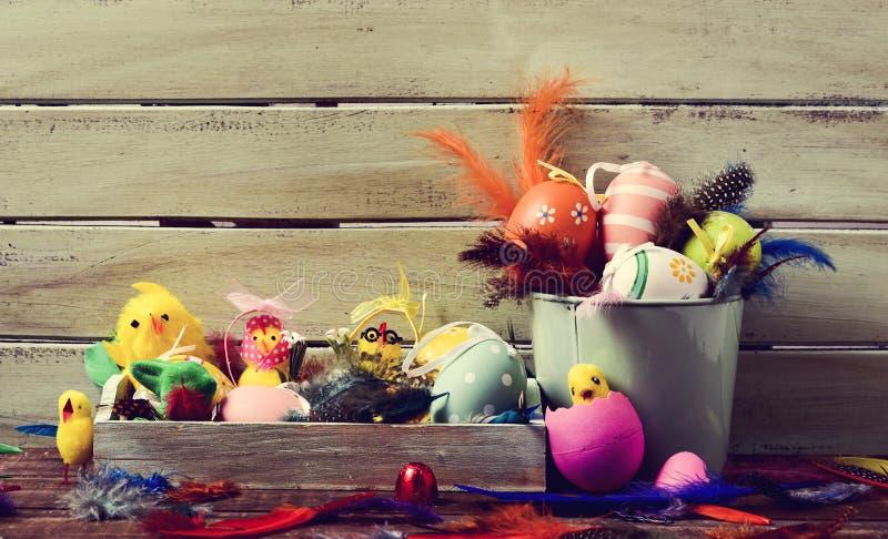 Piume, pulcini del giocattolo ed uova di Pasqua decorate immagine stock libera da diritti