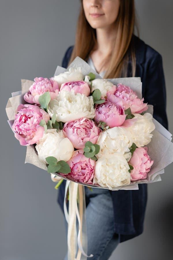 Pivoines de rose et blanches chez les mains de la femme Belle fleur de pivoine pour le catalogue ou le magasin en ligne Concept f photos libres de droits