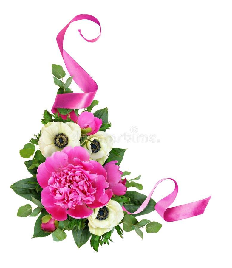 Pivoines et fleurs roses d'anémone avec le ruban de satin dans l'arr floral photos stock