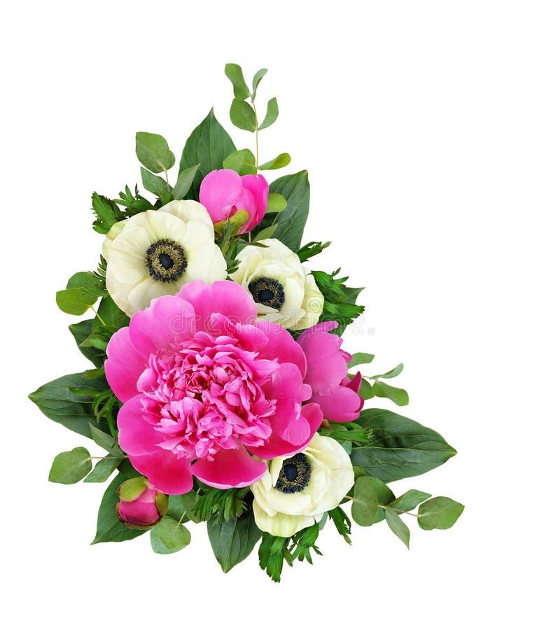 Pivoines et fleurs roses d'anémone dans un arrangement floral faisant le coin images stock