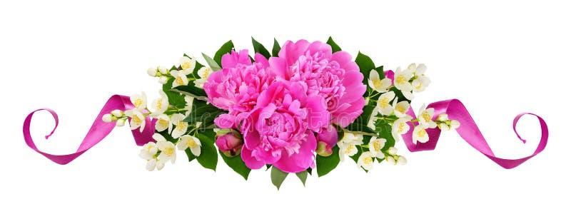 Pivoines et fleurs roses de jasmin avec les rubans en soie dans une ligne arrangement floral photos stock