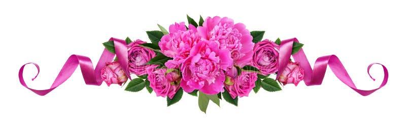 Pivoines roses, fleurs roses et rubans de satin dans une ligne AR florale photos libres de droits