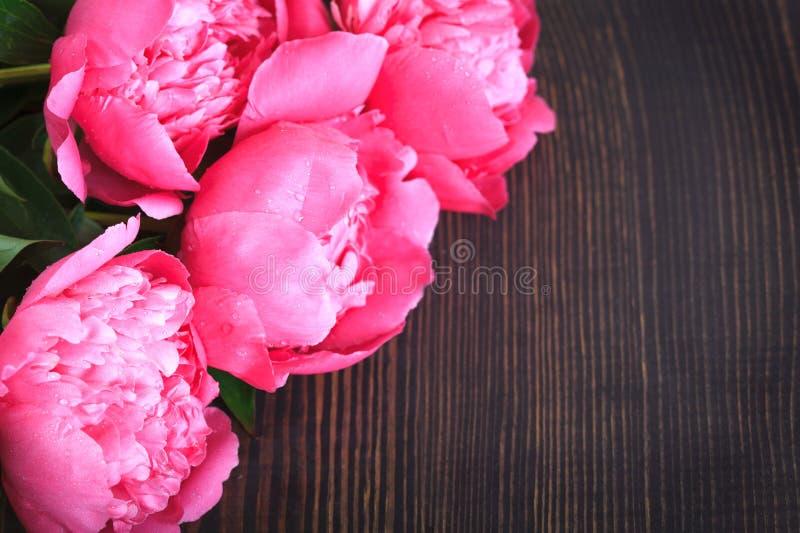 Pivoines roses sur une table en bois Beau fond floral de fond… avec les fleurs colorées photos libres de droits
