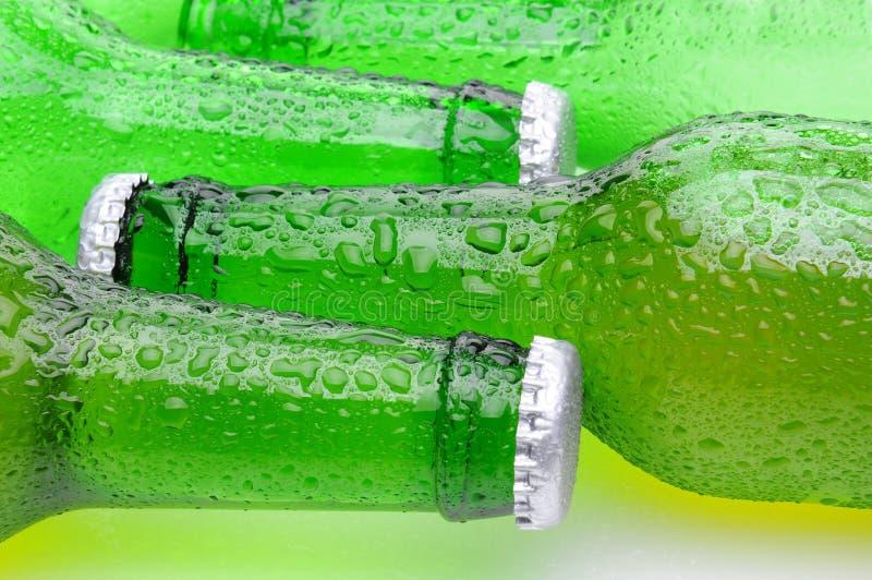 piwa butelek zbliżenia zielona target3926_0_ strona ich zdjęcia royalty free