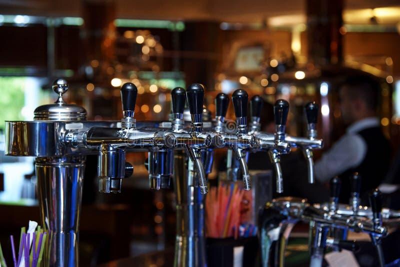 Piwa klepnięcie na barze zdjęcie royalty free