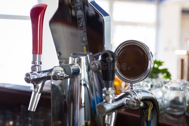 Piwa klepnięcie przy barem obrazy royalty free