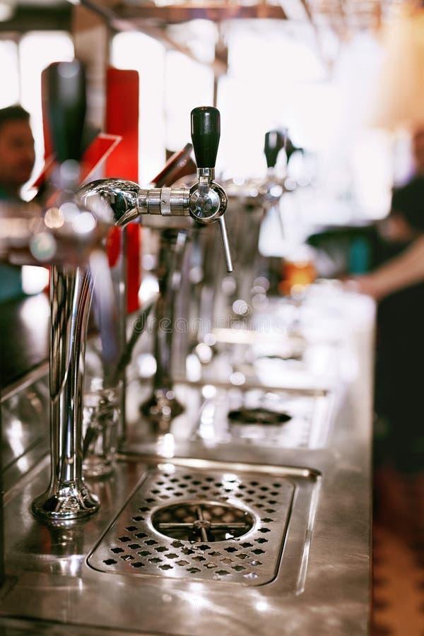 Piwa klepnięcie W Prętowym pubie obraz stock