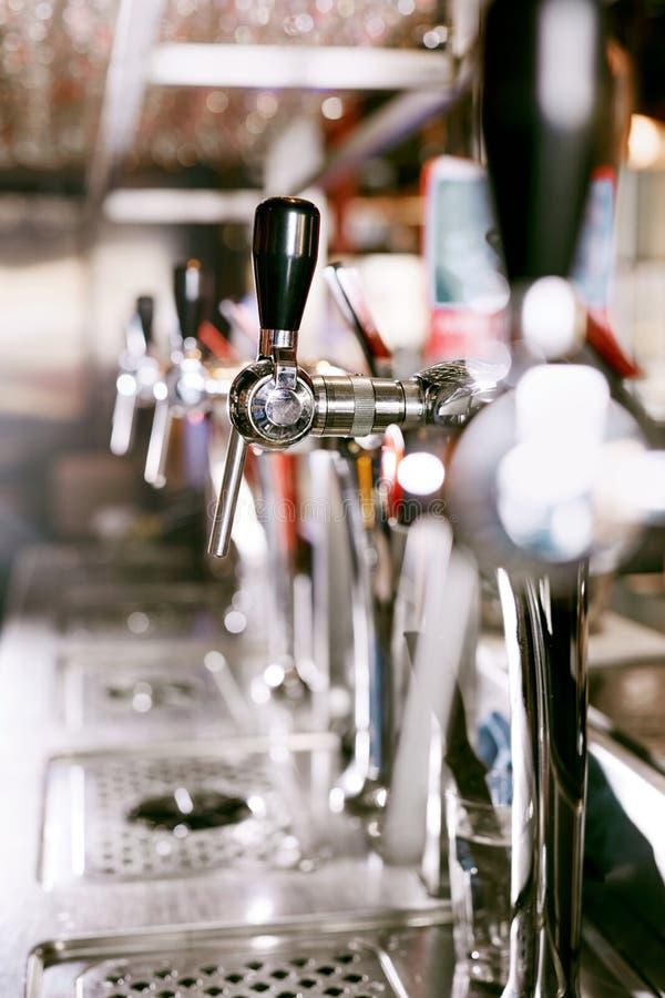 Piwa klepnięcie W Prętowym pubie zdjęcie royalty free