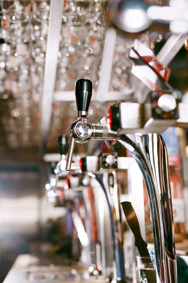 Piwa klepnięcie W Prętowym pubie zdjęcia royalty free