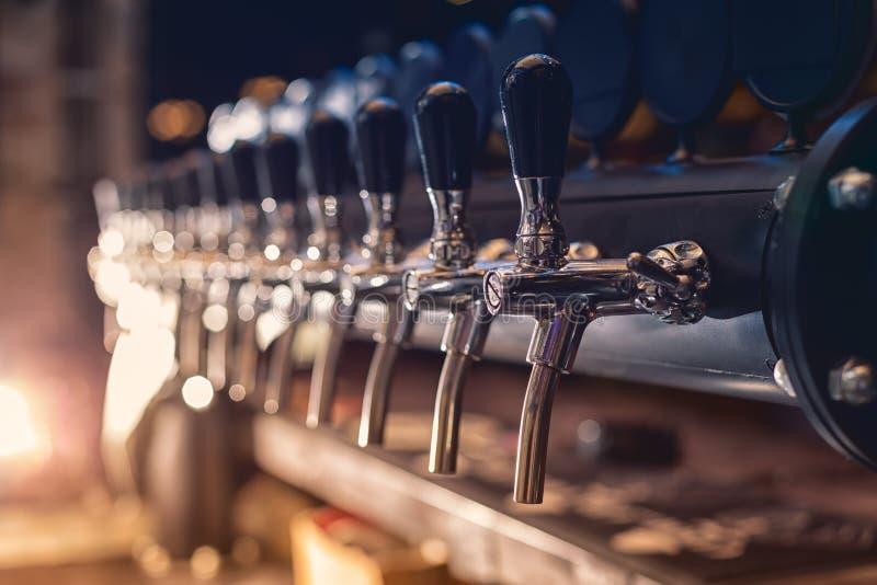 Piwa klepnięcie w rzędzie fotografia royalty free