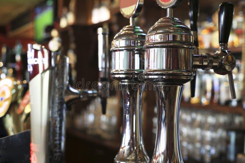 Piwa klepni?cie w pubie obraz stock