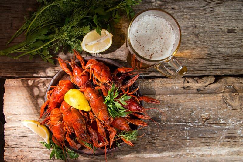 Piwa przyjęcie Wciąż życie z piwem, rakowy rak na starym woode zdjęcie royalty free