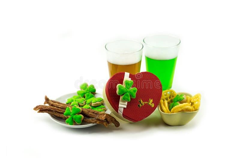 Piwa zielony lager z mięsnym zakąska prezenta i koniczyny pudełka sercem StPatrick ` s dzień zdjęcia royalty free