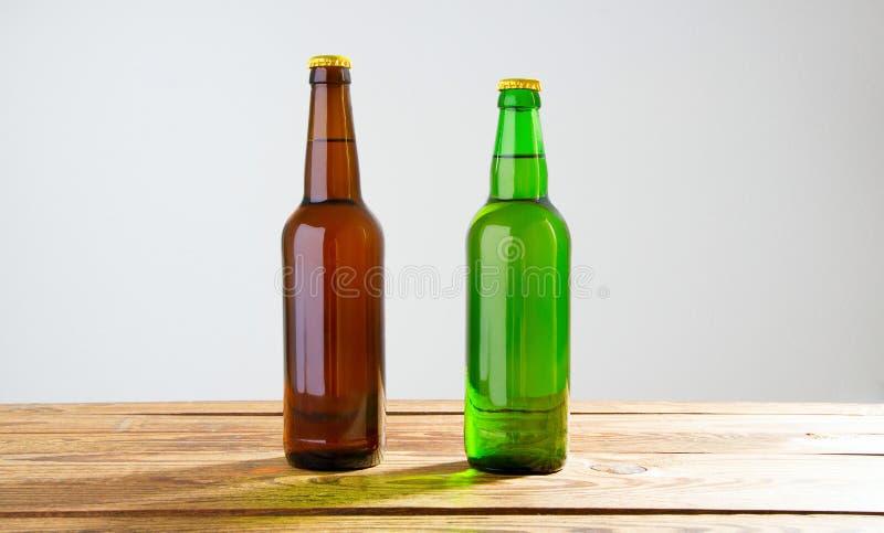 Piwne butelki na drewnianym stole Odgórny widok Selekcyjna ostrość Egzamin próbny Up kosmos kopii szablon blank obrazy royalty free