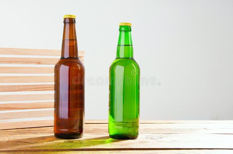 Piwne butelki na drewnianym stole Odgórny widok Selekcyjna ostrość Egzamin próbny Up kosmos kopii szablon blank zdjęcie stock