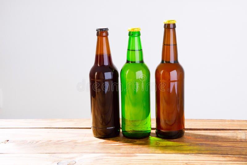 Piwne butelki na drewnianym stole Odgórny widok Selekcyjna ostrość Egzamin próbny Up kosmos kopii szablon blank obraz royalty free