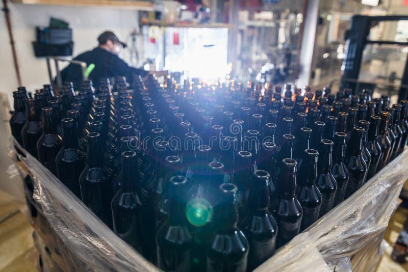 piwne butelki opróżniają stertę obrazy stock