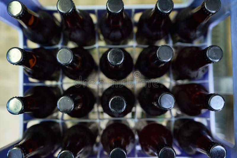 Piwne butelki w Plastikowej skrzynce obrazy royalty free