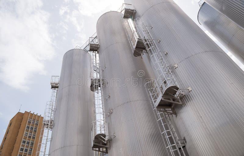 Piwni przerobowi i składowi silosy w piwnej fabryce obrazy stock