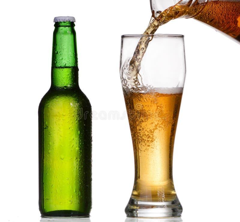 Piwny dolewanie w szkle obrazy stock