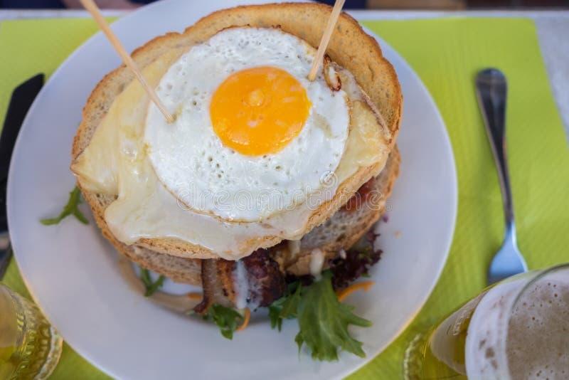 Piwny i sławny hamburger z smażącymi, zdjęcie stock