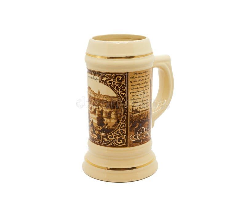 Piwny kubek ceramiczny na białym tle fotografia stock