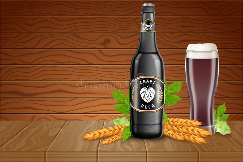 Piwny plakatowy szablon z realistyczną ciemną piwną butelką, szklaną zlewką, słód i podskakuje na drewnianym tle wektor royalty ilustracja