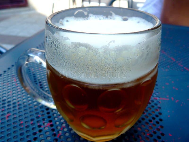 piwny szkło z złotym złocistym koloru piwem i białą piankowatą pianą obrazy royalty free