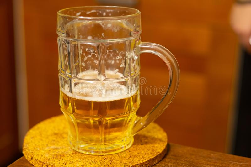 Piwny złoty chmiel pijąca przyrodnia szklana biel piana w górę pubu odświeżający napój zdjęcia stock