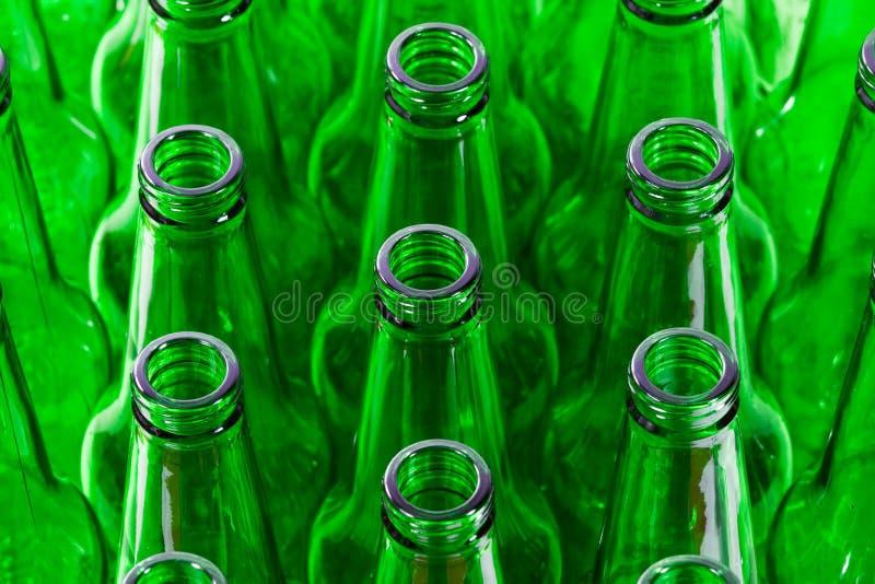 piwnych butelek zieleni rzędy fotografia stock