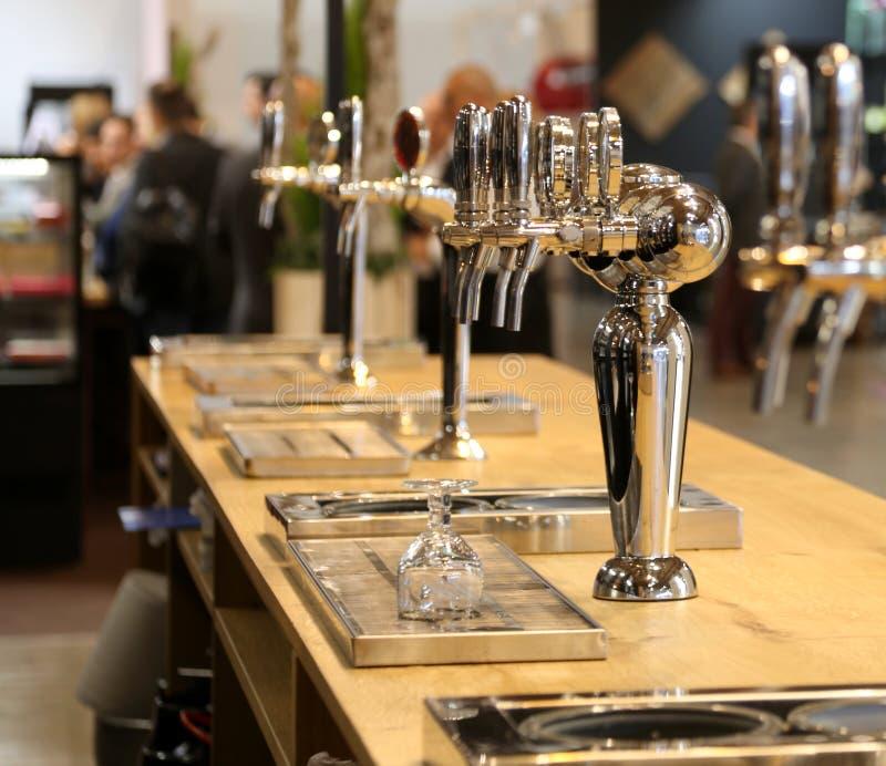 Piwo czopuje wewnątrz pub zdjęcia royalty free