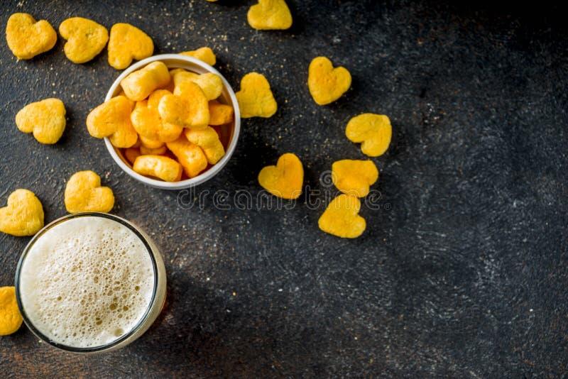Piwo i przekąska dla walentynka dnia obrazy stock
