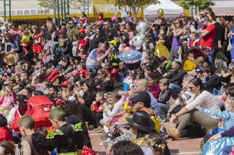 piwo IZRAEL, Marzec, - 5, 2015: Dzieci w karnawałowych kostiumach z ich rodzicami na ulicie w świętowaniu Purim fotografia royalty free