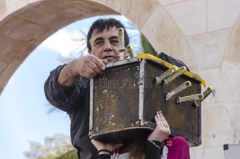 piwo IZRAEL, Marzec, - 5, 2015: Dziewczyna z kwadratowym pudełkiem z nożami na głowie twarz no jest widoczna i magik - Pur obraz stock
