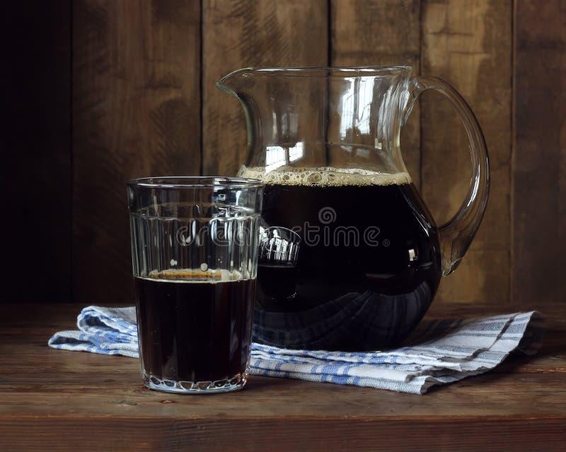 Piwo lub kvass Miotacz z ciemnym napojem obraz royalty free