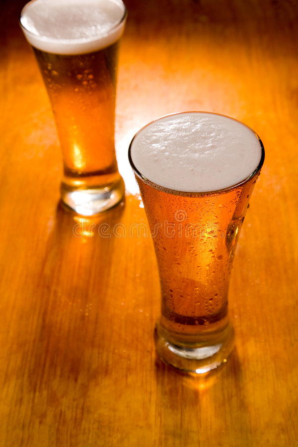 piwo najpierw skupia się szkła dwa zdjęcie royalty free