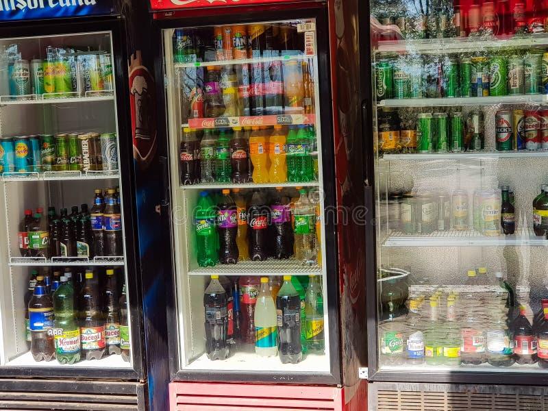 Piwo, soda i woda na chłodziarce przed restauracją, zdjęcie royalty free