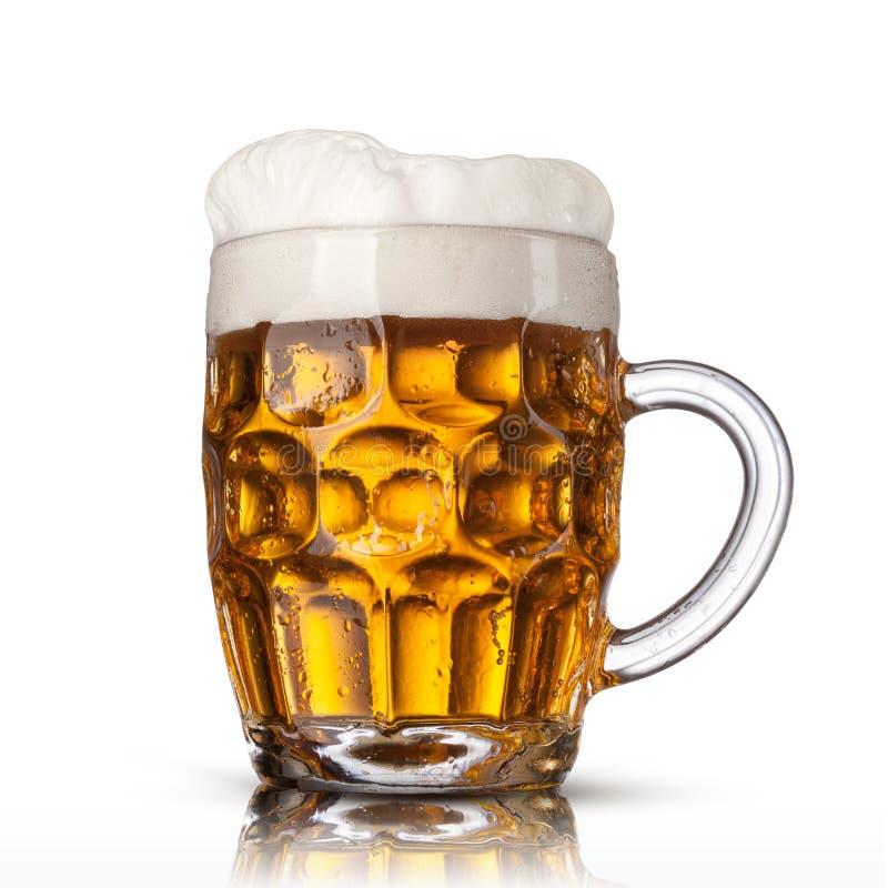 Piwo w szkle odizolowywającym na bielu fotografia royalty free