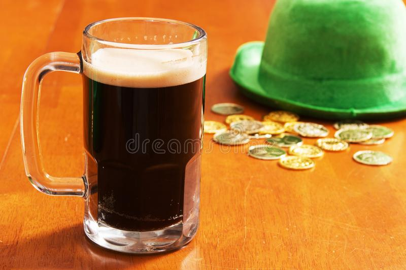 Piwo z Irlandzkim złotem i kapeluszem fotografia royalty free