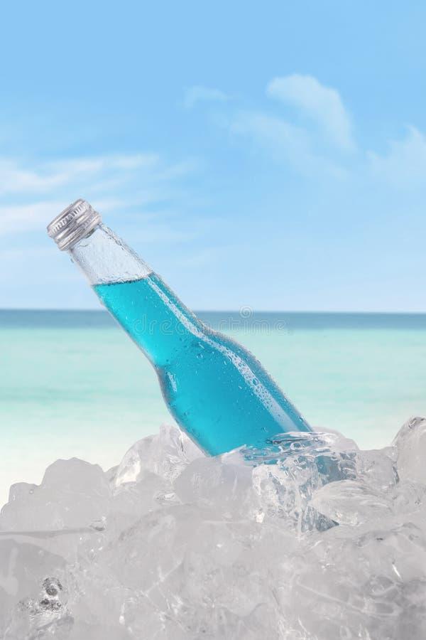 Piwo z kostką lodu przy plażą zdjęcia royalty free