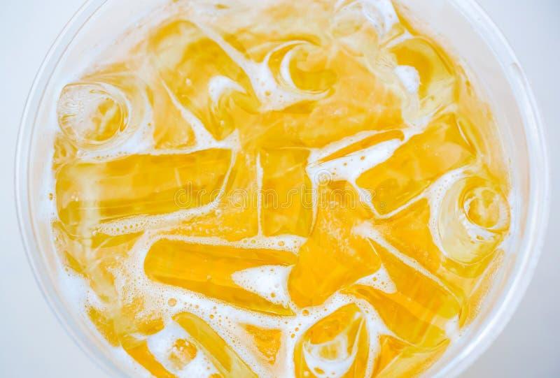 Piwo z lodami w szkle na białym stole Szkło piwo na bielu stole w Złotym świetle obraz royalty free