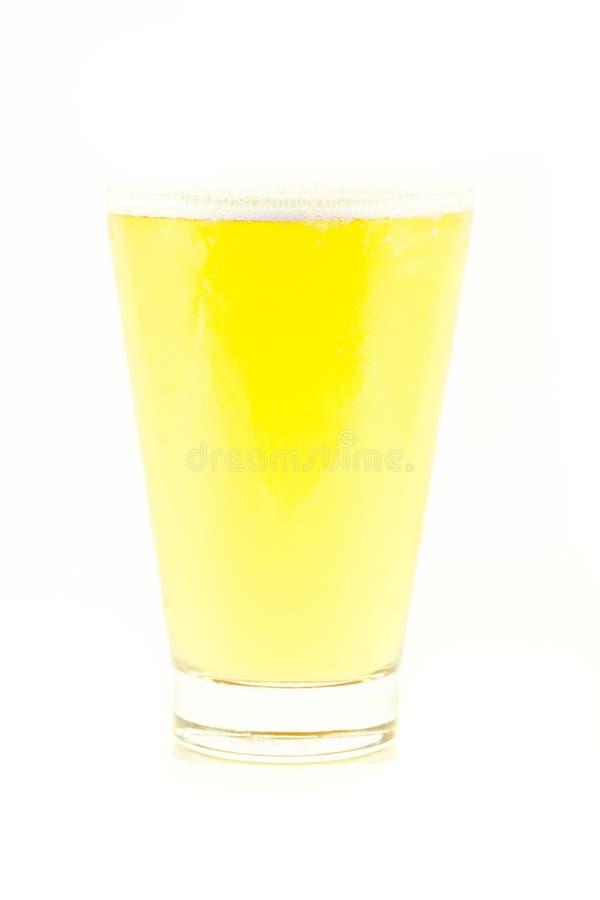 Piwo z nakrętką odizolowywającą na białym tle piana fotografia royalty free