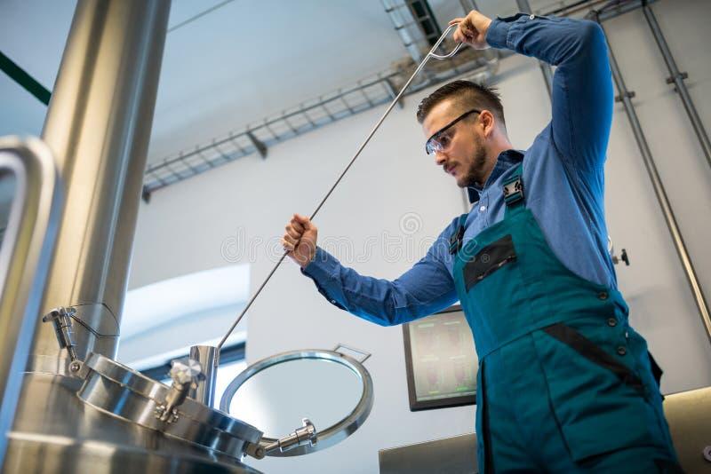 Piwowar pracuje przy browarem fotografia stock
