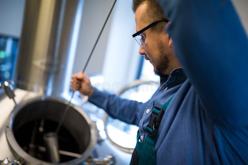 Piwowar pracuje przy browarem obraz royalty free