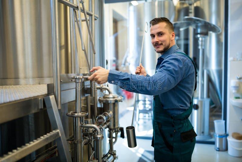 Piwowar pracuje przy browarem zdjęcie royalty free