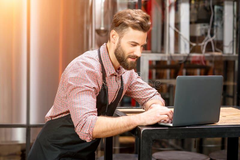 Piwowar przy piwną produkcją zdjęcie stock