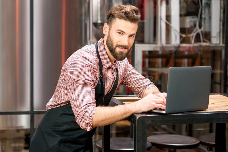 Piwowar przy piwną produkcją zdjęcia royalty free